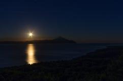 Scena di notte con l'aumento della luna in Sithonia, Chalkidiki, Grecia Immagine Stock