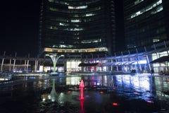 Scena di notte dalla piazza Gael Aulenti - Milano fotografie stock libere da diritti