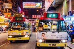 Scena di notte dei bus locali in Mong Kok Immagini Stock
