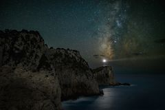 Scena di notte del faro sotto il cielo della Via Lattea Fotografia Stock