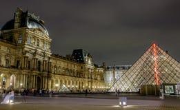 Scena di notte del museo del Louvre immagine stock libera da diritti