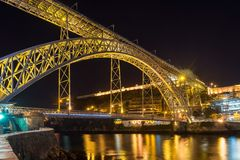 Scena di notte del ponte del ferro di Oporto Dom Luiz Fotografia Stock
