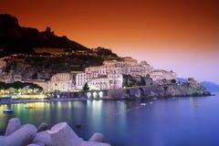 Scena di notte del porto di Amalfi Fotografie Stock Libere da Diritti