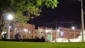 Scena di notte del quadrato di città con la gente archivi video