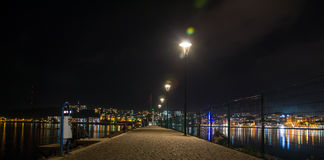 Scena di notte del vicolo del lungonmare fotografie stock