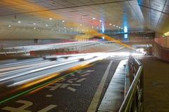 Scena di notte della città con gli indicatori luminosi di movimento dell'automobile Fotografia Stock