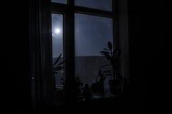 Scena di notte della luna vista attraverso la finestra da stanza scura immagine stock libera da diritti