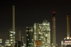 Scena di notte della raffineria di petrolio Immagini Stock Libere da Diritti