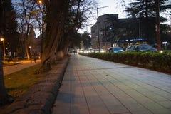 Scena di notte della strada di città in Kutaisi Parco di notte della città in autunno con i percorsi sparsi fotografia stock