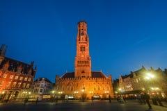 Scena di notte della torre Belfort del campanile di Bruges fotografia stock