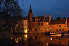 Scena di notte di Bruges Rozenhoedkaai Fotografia Stock