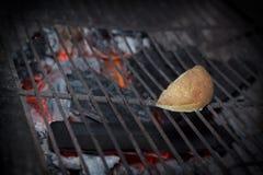 Scena di notte di cottura della patata sulla griglia Immagini Stock
