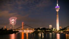 Scena di notte di Dusseldorf sul lavoro del fuoco Fotografia Stock