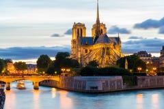 Scena di notte di Notre Dame de Paris Cathedral fotografia stock libera da diritti