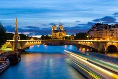 Scena di notte di Notre Dame de Paris Cathedral immagini stock