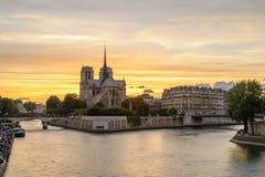 Scena di notte di Notre Dame de Paris Cathedral immagini stock libere da diritti