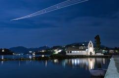 Scena di notte di una chiesa nell'isola di Corfù, Grecia, vicino all'aeroporto Immagini Stock