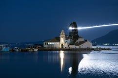 Scena di notte di una chiesa nell'isola di Corfù, Grecia, vicino all'aeroporto Fotografie Stock Libere da Diritti