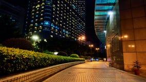 Scena di notte di vista della via del marciapiede della città Immagine Stock