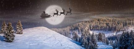 Scena di notte di Natale con l'albero, neve che cade, Santa Claus in una slitta con le renne che volano nel cielo