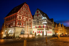 Scena di notte nel quadrato principale al der Tauben, Baviera, Germania del ob di Rothenburg Fotografie Stock Libere da Diritti