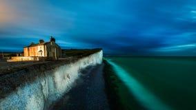 Scena di notte sulla spiaggia della testa sassosa Fotografie Stock Libere da Diritti