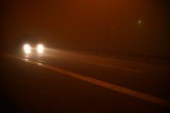 Scena di notte sulla strada con nebbia Fotografia Stock Libera da Diritti