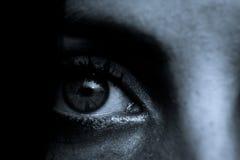 Scena di orrore: Pupilla femminile dell'occhio fotografie stock libere da diritti