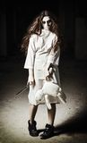 Scena di orrore: ragazza spaventosa del mostro con la bambola ed il coltello del moppet in mani Immagini Stock