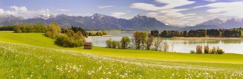 Scena di panorama in Baviera con le montagne delle alpi Immagine Stock