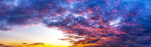 Scena di panorama del cielo e della nuvola variopinta a tempo crepuscolare Fotografie Stock