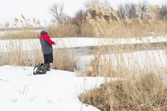 Scena di pesca di inverno sul fiume fotografie stock libere da diritti