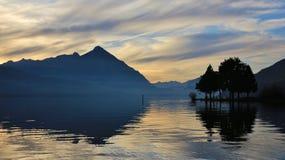 Scena di sera nel lago Thun, Mt Niesen Immagini Stock