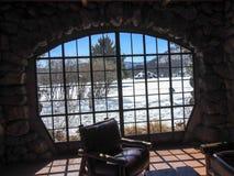 Scena di Snowy fuori della finestra della casetta di New York della montagna dell'orso Fotografia Stock