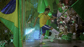 Scena di tema di calcio alla parata dello stadio di carnevale di Sambodromo Fotografie Stock Libere da Diritti