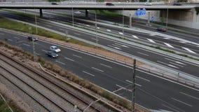 Scena di traffico stradale con il ponte ed il treno di circolazione nel pomeriggio video d archivio