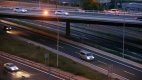 Scena di traffico stradale con il ponte nel crepuscolo archivi video