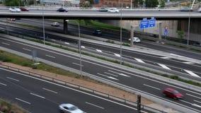 Scena di traffico stradale con il ponte nel pomeriggio video d archivio