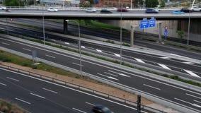 Scena di traffico stradale con il ponte nel pomeriggio Lasso di tempo video d archivio
