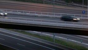 Scena di traffico stradale del primo piano con il ponte nel crepuscolo archivi video