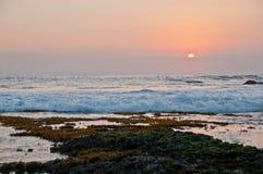 Scena di tramonto alla spiaggia del lotto di Tanah nella sera di Bali Indonesia fotografie stock