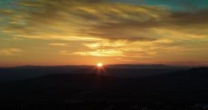 Scena di tramonto con le montagne nel lasso di tempo del fondo, cielo variopinto con le nuvole molli stock footage