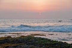 Scena di tramonto di sera alla spiaggia del lotto di Tanah in Bali immagine stock libera da diritti