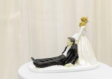 Scena di trascinamento del marito della sposa per la torta nunziale Immagine Stock Libera da Diritti
