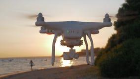 Scena di volo e della fucilazione dell'elicottero con il mare ed il tramonto archivi video