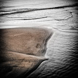 Scena drammatica e scura su una spiaggia sabbiosa Immagini Stock Libere da Diritti