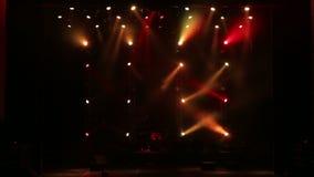 Scena dym i światła Barwioni światła na pustej koncertowej scenie z dymem zdjęcie wideo