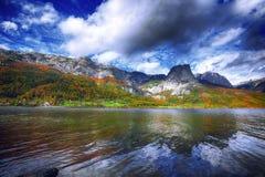 Scena idilliaca di autunno nel lago in montagne delle alpi, Austri Grundlsee Immagini Stock