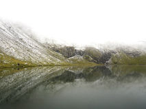 Scena idilliaca di autunno nelle alpi con la riflessione del lago della montagna Immagini Stock