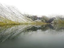 Scena idilliaca di autunno nelle alpi con la riflessione del lago della montagna Fotografie Stock Libere da Diritti
